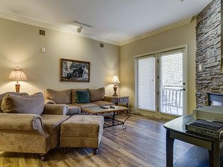 Beautiful downtown condo w/ gas fireplace & shared hot tub/pool/gym!