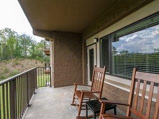 Roomy condo w/elevator, WiFi, & wooded views