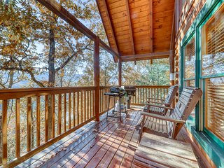 Charming log cabin in the mountains w/ private hot tub & pool table!