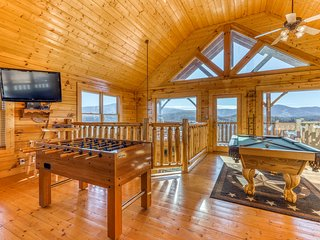 Dog-friendly cabin w/ lovely mountain views, & a private hot tub