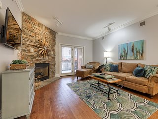 Polished downtown condo w/ jetted tub, fireplace & shared hot tub/pool!