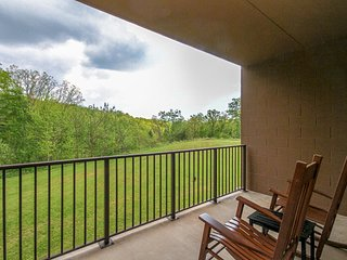 Comfortable condo w/  a full kitchen & furnished balcony w/ mountain views