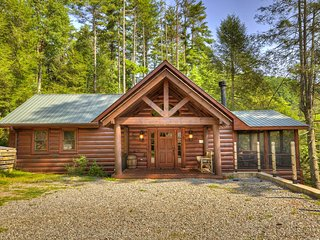 Creekside cabin w/rustic elegance, private hot tub & beautiful screened-in porch
