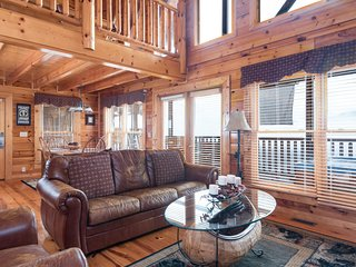 """Beary"" inviting cabin w/ a private hot tub, pool table, & shared pool access!"