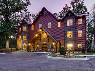 Luxurious lodge w/2 private hot tubs, home theater, game room, & furnished decks