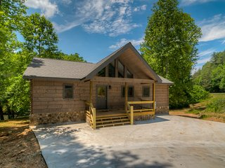 Brand new cabin on the acclaimed Toccoa River w/WiFi & hot tub - Dogs OK!