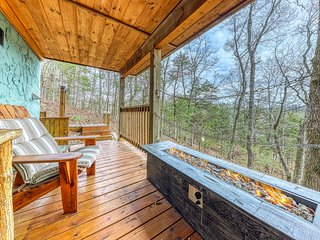 Cozy cabin w/wooded view, close to amenities!