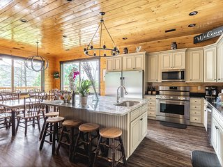 Spacious luxury log cabin w/private hot tub & shared heated pool!
