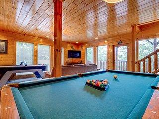 Log cabin w/ strikingly beautiful mountain views & a private hot tub
