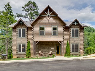 New luxury cabin with private hot tub, shared pool - walk to downtown Gatlinburg