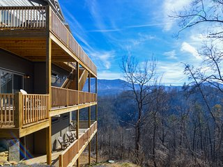 Large, luxury cabin w/gorgeous mountain views, private hot tub, & shared pool