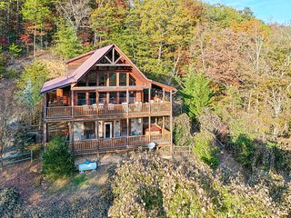 Inviting cabin with private hot tub, theater room, and sweeping mountain views!
