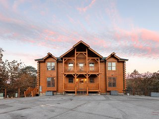 Great for groups! Lodge w/ 2 hot tubs, game room & shared pool - dogs OK!