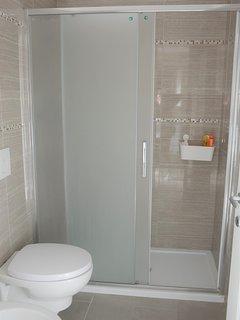 bagno con grande doccia