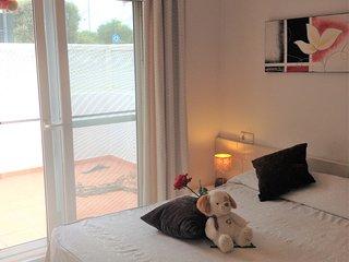 Dormitorio principal Cama de 1.50 y TV Plana Acceso directo a patio trasero