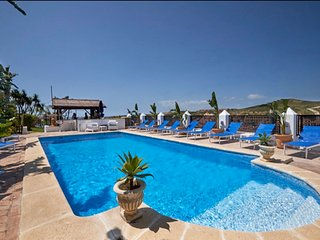 Free bar, Private Pool, Jacuzzi, WIFI, A/C,  Football, Pool & Table tennis, BBQ.