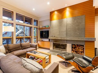**NEW** Stunning Luxury Townhome, Private Hot Tub, Ski Home, Private Garage!
