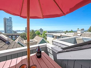 Trendy Lower Lonsdale Townhouse - 5 Minutes from Downtown-Bound Seabus!