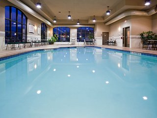 Studio Close to the Airport!   Free Breakfast + Shared Hot Tub and Indoor Pool