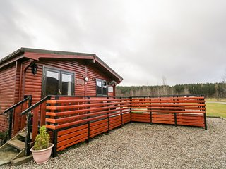 WILDCAT LODGE, log cabin, hot tub, pet-friendly, Newtonmore, Ref 939095
