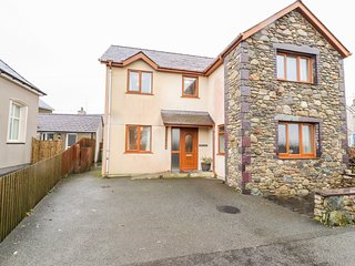 BRYN SEION, modern cottage, WiFi, dressing room, en-suite, woodburner, in Y