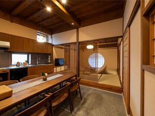 NEW! Large Kitchen | Spacious, Traditional Holiday House | 5min to Omicho Market