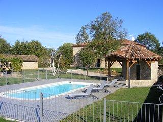 En pleine nature, grande bâtisse 4**** pour 15 personnes avec piscine et vues