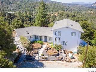 Healthy Hilltop Retreat - Close to Town with a Panoramic Views and Privacy