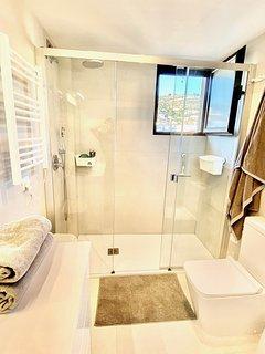 ventana cuarto de baño con vistas al Montgó y las Planas