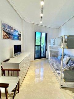 vista dormitorio invitados con smart tv