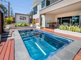 Glenelg 2 BR Ground Floor Home ★Free★Wifi★Netflix★Pool★Spa★Large Theatre room★