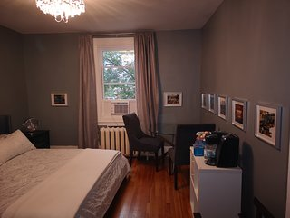Large Bedroom King Bed in a 3 Bedroom - Amazing Downtown Location