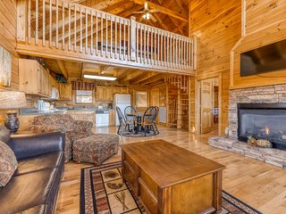 Spacious log cabin w/ amazing mountain vistas & a private hot tub