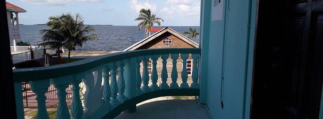 Balcon avec vue sur la mer tranquille