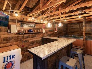 La Cabana Ultra Modern 2BR Cabin / Hot Tub / Game Room / Mins To Town