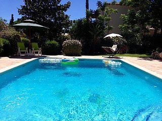 Villa Victoria, BBQ, pool, WiFi, supermarket and restaurants are 15min by foot