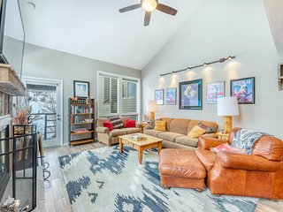 Stylish lower Canyons townhome w/ clubhouse, shared pools, hot tub, & sauna