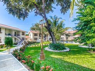 Secure, ground floor getaway w/ a shared pool & pool spa in Playa Del Coco