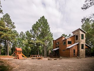 Brand new! Secluded! 3 BR: 4 Bth; Sleeps 12; Hot Tub; Fireplace; Pool Table