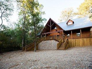 New! The Hollowtree Cabin! 3 Br 3 Bth; Sleeps 10; Shuffle Board;Hot Tub