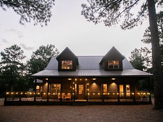 HochaHoma Luxury Cabin -  4 BR; 3Bth, Game Room, Hot Tub, Fire Pit