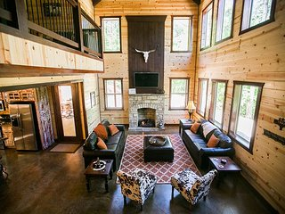 'On the Rocks' Luxury Cabin! 5 Bdms;4 Bths;Hot Tub;Fire Ring; Outside Kitchen