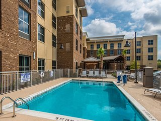 Free Breakfast Buffet + Outdoor Pool + Free Wi-Fi | Great Location!