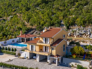 Amazing home in Vrgorac w/ WiFi and 4 Bedrooms (CDF546)