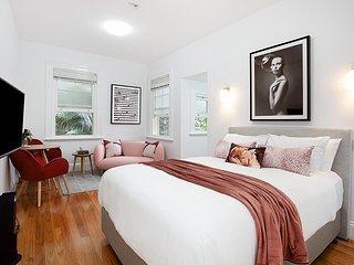Elegant Studio in Grand Manor 20 min From Sydney