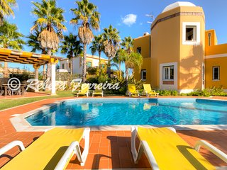 V4 Alegria - 4 Bed w/ private Pool, table tennis, fenced garden