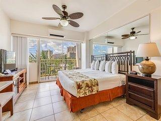 Awesome Upgrades & View! Island Decor, Kitchenette, Free WiFi–Waikiki Shore 505
