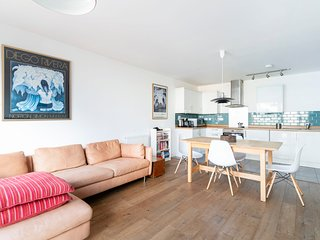 Modern 2-Bed Apt with Balcony near Hackney Central