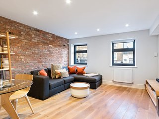 Bright & Modern 1-Bedroom Apt w/Balcony in Greenwich