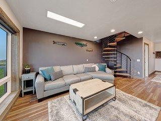 Oceanfront lodge suite w/ private beach access, deck & kitchen!